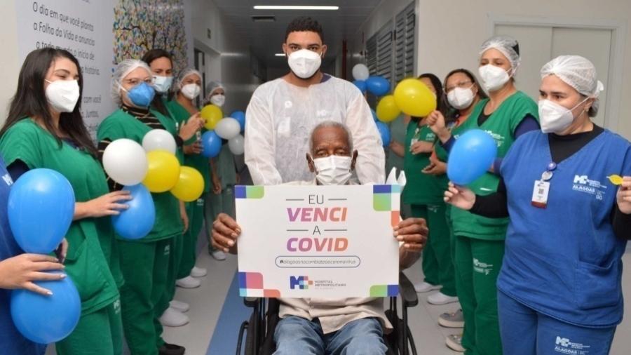 José Joaquim deixa Hospital Metropolitano, em Maceió, curado da covid-19 - Carla Cleto/Divulgação/Governo de Alagoas