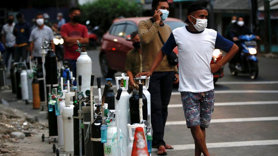 Pessoas aguardam para abastecer cilindros de oxigênio na Indonésia - Willy Kurniawan/Reuters