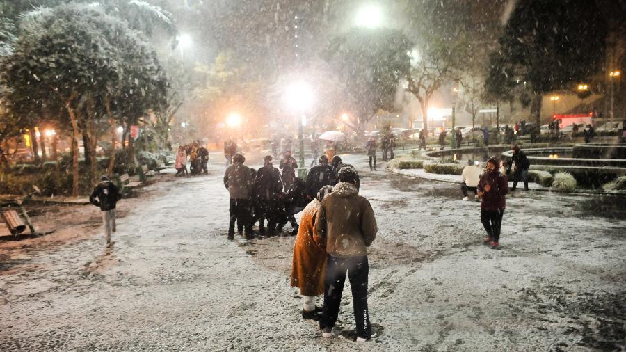 Neve em Caxias do Sul na última quinta-feira; segundo as previsões, temperaturas permanecerão baixas - GABRIEL LAIN/ISHOOT/ESTADÃO CONTEÚDO