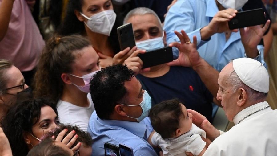 Papa Francisco, sem máscara, cumprimenta fiéis durante sua audiência semanal na Sala Paulo VI, no Vaticano - Alberto Pizzoli/AFP