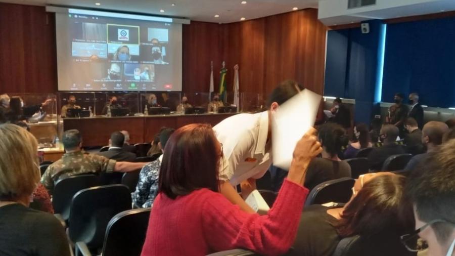 Luciana Nogueira passou mal no momento da chegada dos militares acusados de matar seu marido - Reprodução: Ruben Berta
