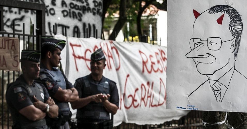 13.nov.2015 - Policiais militares continuam na escola estadual Fernão Dias, que está ocupada por alunos desde a manhã de terça-feira. Eles protestam contra a reorganização da rede estadual paulista