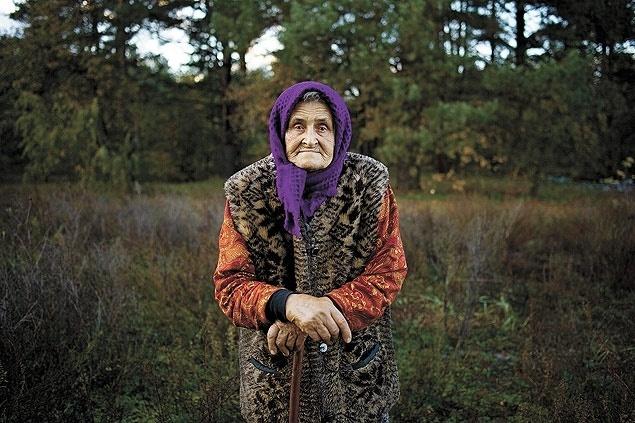 30.nov.2015 - A idosa Nadiya Gorbachenko, que vive na área de exclusão de Chernobyl, evacuada em 1986