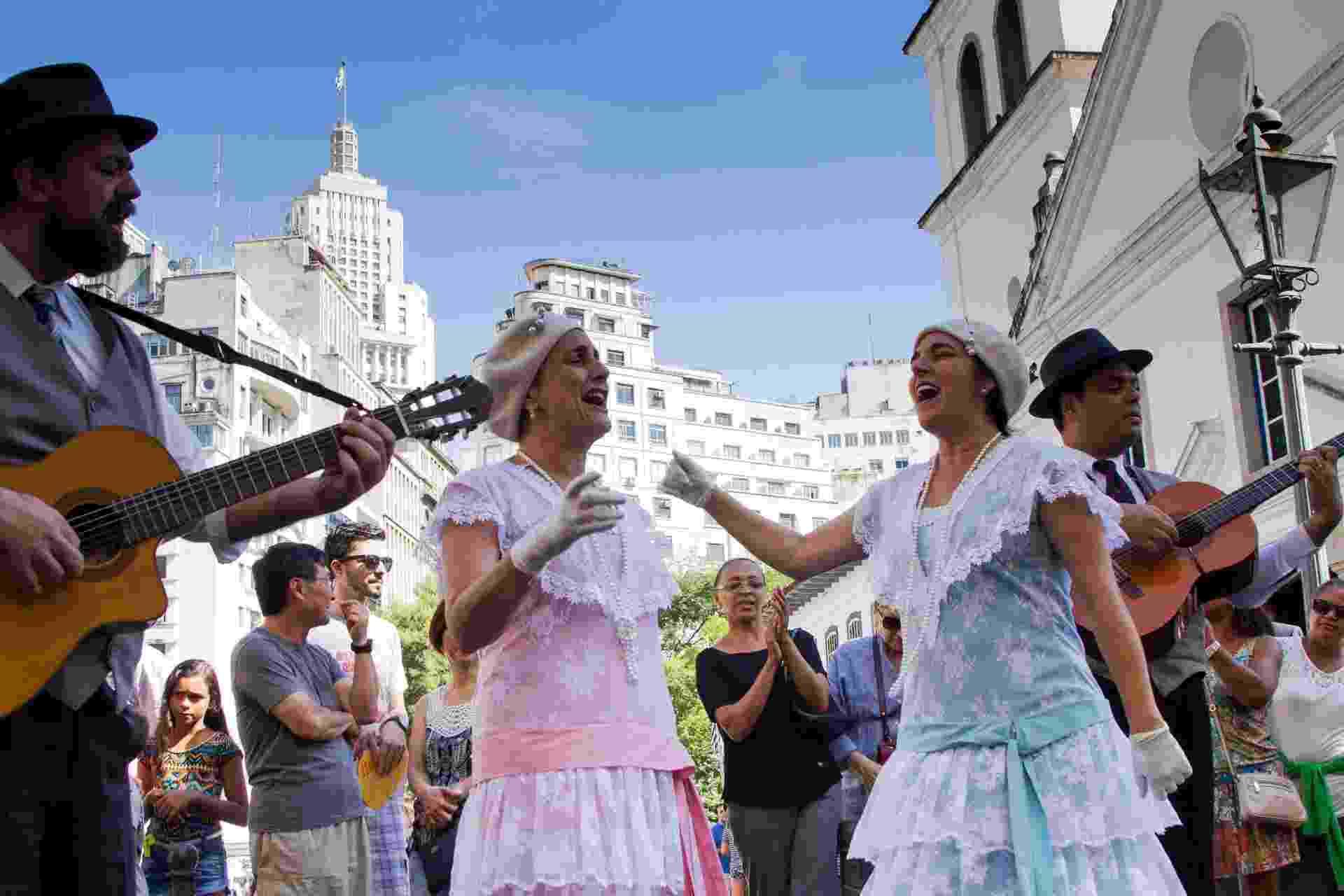 25.jan.2016 - Grupo Trovadores Urbanos se apresenta no Pátio do Colégio, no Centro de São Paulo, como parte das comemorações pelos 462 anos de fundação da cidade de São Paulo - Kevin David/Futura Press/Estadão Conteúdo