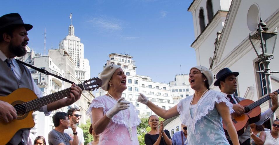 25.jan.2016 - Grupo Trovadores Urbanos se apresenta no Pátio do Colégio, no Centro de São Paulo, como parte das comemorações pelos 462 anos de fundação da cidade de São Paulo
