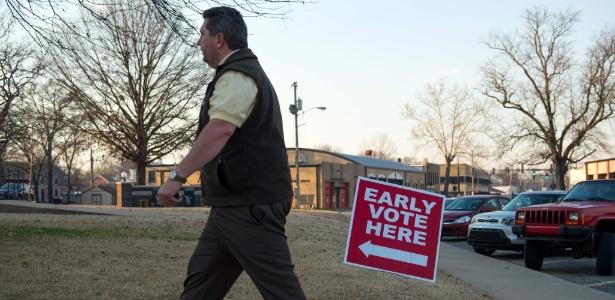 Eleitor comparece a seção eleitoral em Conway, Arkansas, durante a Superterça -  Michael B. Thomas/AFP