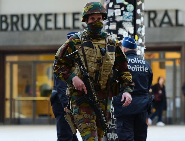 Soldado patrulha a região da estação central de Bruxelas, cidade alvo de atentados