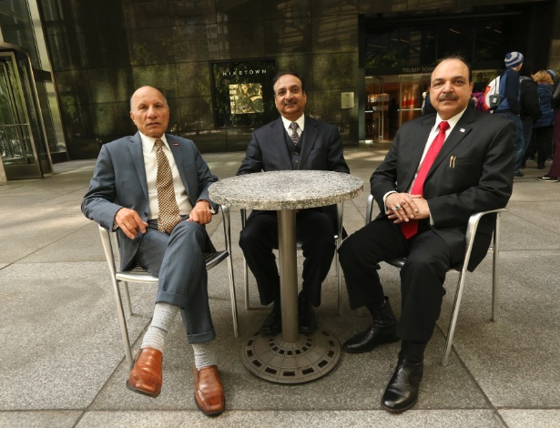 A.D. Amar, Anand Ahuja e Davendra Makkar, fundadores do grupo Indiano-Americanos por Trump 2016, no atrium do Trump Tower, em Nova York