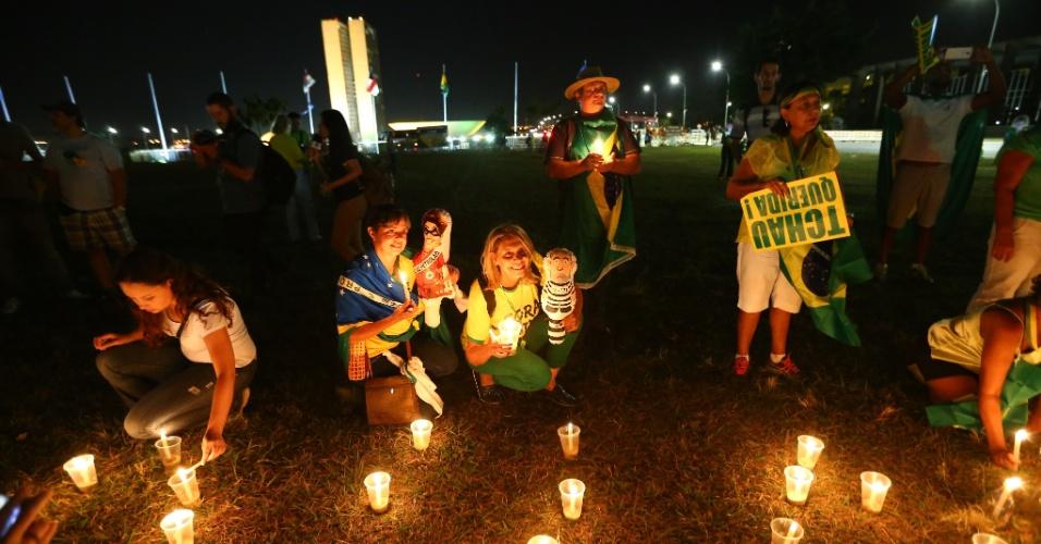 16.abr.2016 - Manifestantes pró-impeachment da presidente Dilma Rousseff acendem velas em frente ao Congresso Nacional, em Brasília