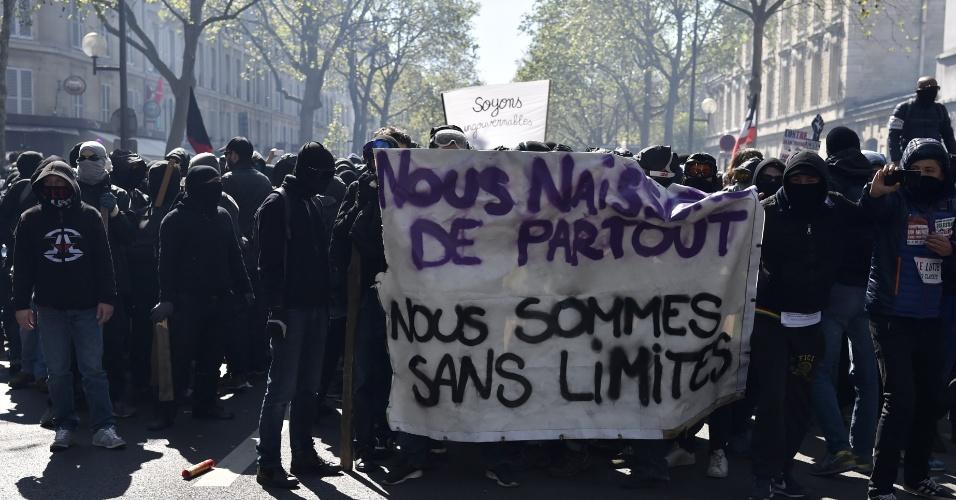 """1º.mai.2016 - Manifestantes exibem cartaz com a frase """"Nascemos em todos os lugares, nós somos sem limites"""" durante confronto com a polícia em protesto pelo Dia do Trabalhador em Paris"""