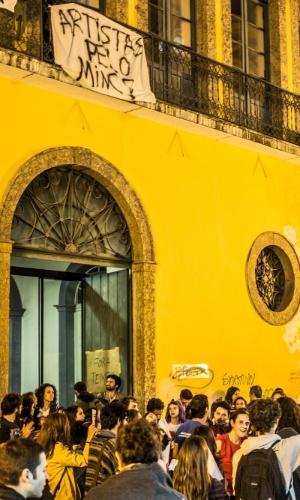 19.mai.2016 - Manifestantes que protestavam contra a extinção do Ministério da Cultura (MinC) ocuparam na tarde desta quinta-feira (19) um prédio na região do Largo da Alfândega, no Centro de Florianópolis, onde funcionam escritórios do Instituto do Patrimônio Histórico e Artístico Nacional (Iphan) e do MinC