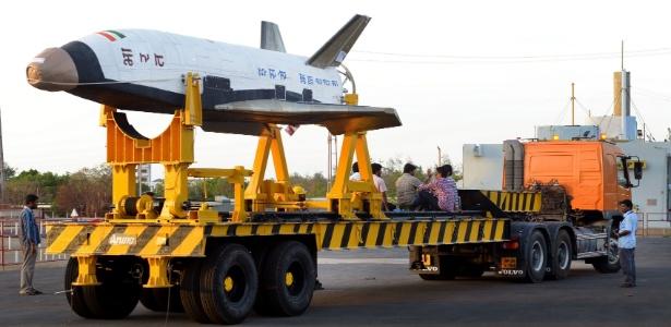 A nave reduzida RLV-TD (veículo de lançamento reutilizável) é transportada em Sriharikota, na Índia