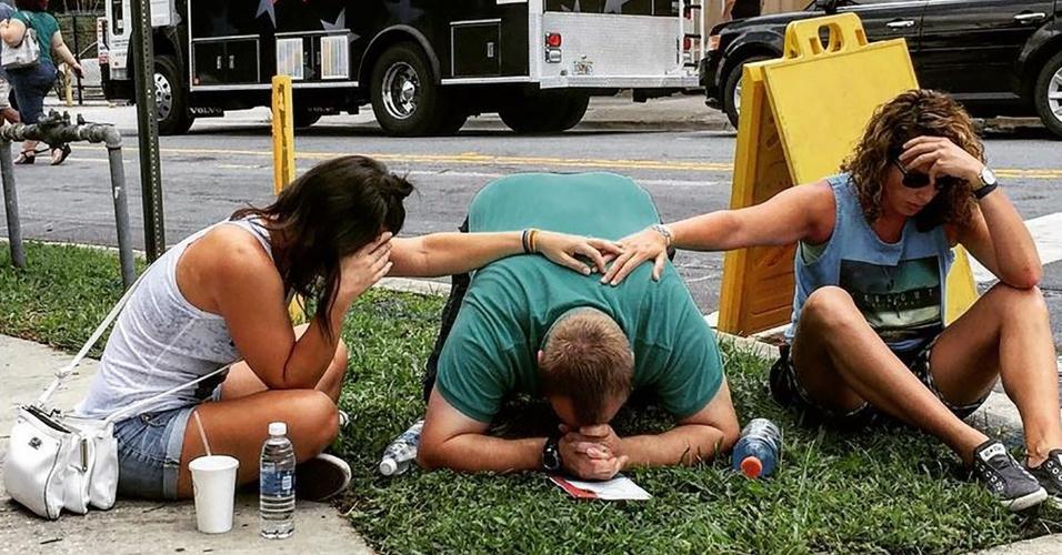 16.jun.2016 - Norte-americanos choram a morte de 50 pessoas em um massacre na boate gay Pulse, em Orlando, na Flórida (EUA). Esse foi o pior massacre da história dos Estados Unidos