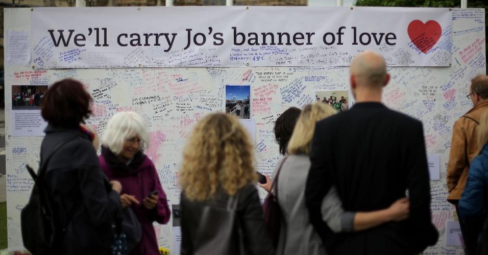 """18.jun.2016 - Ingleses prestam homenagens em memória da deputada trabalhista Jo Cox, 41, baleada e esfaqueada na quinta-feira (16) em Birstall, norte da Inglaterra. O suspeito do crime, Thomas Mair, 52, gritou palavras de ordem pela """"liberdade da Grã-Bretanha"""" ao ser interrogado pela primeira vez no tribunal de Westminster, em Londres. A parlamentar era defensora da permanência do Reino Unido na União Europeia"""