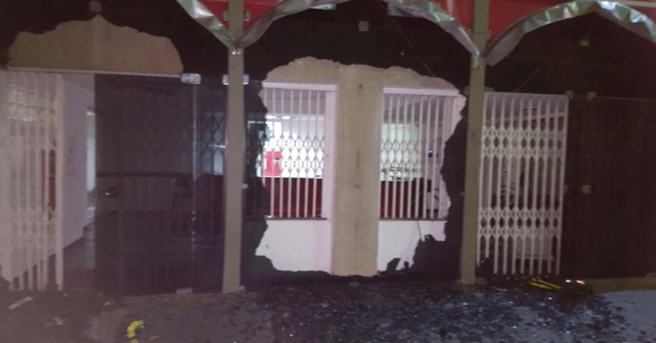 30.jun.2016 - A sede do Diretório Nacional do PT, localizada na região central de São Paulo (SP), foi depredada na madrugada desta quinta-feira (30). Um portão de vidro ficou completamente destruído
