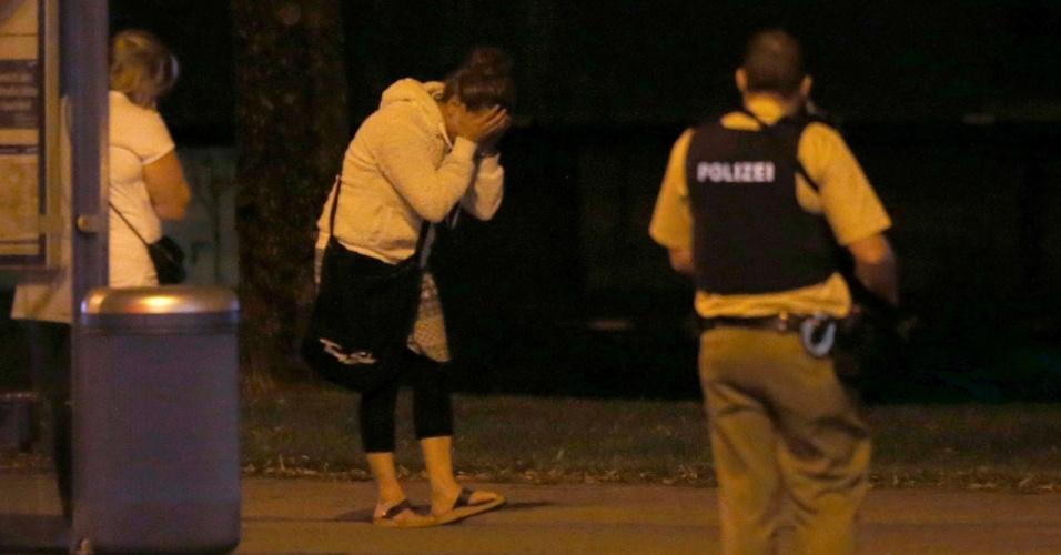 22.jul.2016 - Mulher se desespera nas proximidades do shopping Olympia, em Munique, Alemanha, após tiroteio deixar mortos e feridos