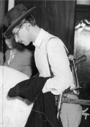 """Tenório Cavalcanti, o """"homem da capa preta"""", dominou a cena política na Baixada Fluminense dos anos 1950"""