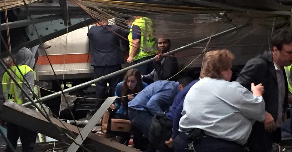 29.set.2016 - Passageiros deixam local do acidente de trem, na estação Hoboken, em Nova Jersey