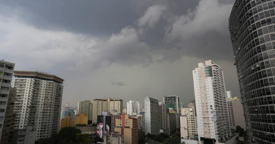 20.out.2016 - Nuvens carregadas no bairro da Bela Visa, centro da capital paulista, durante a tarde