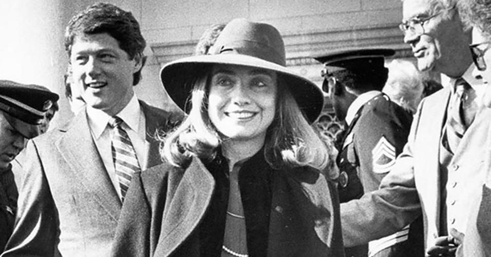 Hillary participa, como primeira-dama, de evento oficial ao lado do marido, Bill Clinton, quando ele era governador do Arkansas (EUA). Bill Clinton governou o Arkansas entre 1979 e 1981 e entre 1983 e 1992