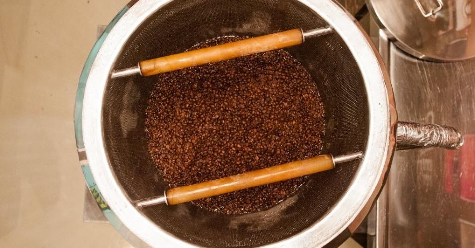 Assim como no caso do café coado em casa, a água para a infusão não pode ferver