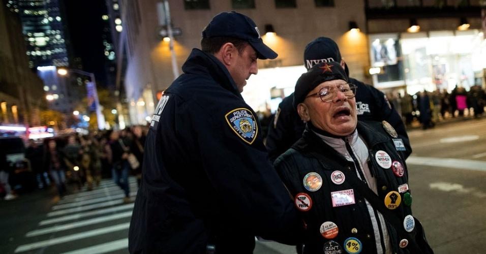 11.nov.2016 - Manifestante é preso em protesto contra Donald Trump em Nova York, nesta sexta-feira (11)
