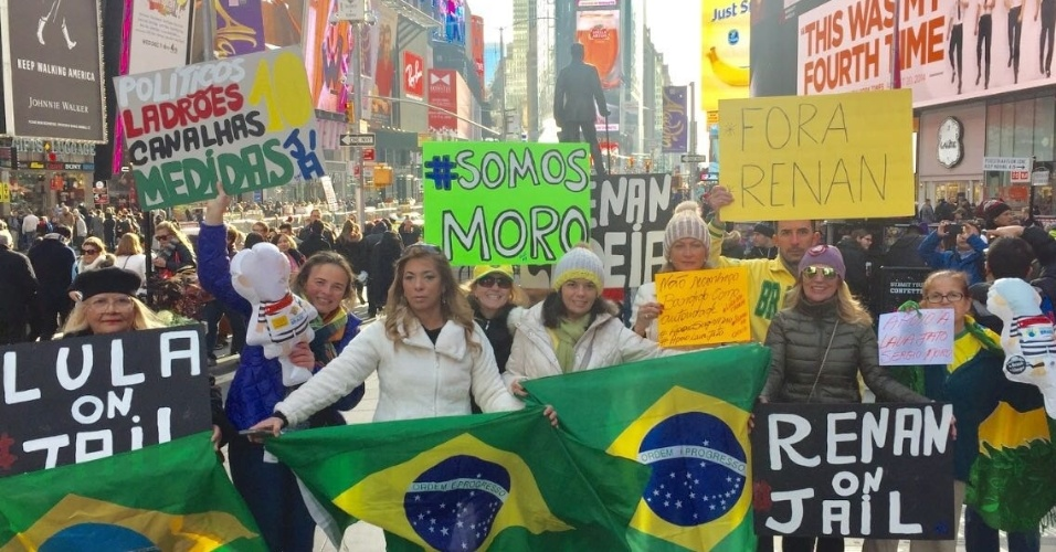 4.dez.2016 - Manifestantes brasileiros se reúnem na Times Square, em Nova York, para mostrar apoio à Operação Lava Jato e ao juiz Sergio Moro. Eles são contra as mudanças no pacote anticorrupção e pedem a saída do presidente do Senado, Renan Calheiros