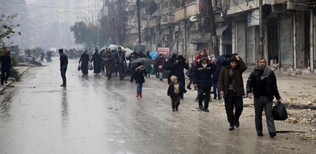 13.dez.2016 - Civis começam a deixar área antes comandada por rebeldes em Aleppo