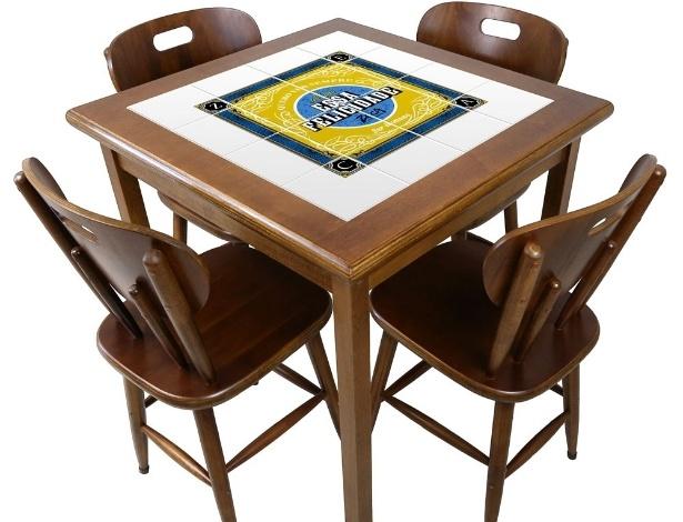 """A mesa quadrada (foto), da coleção Zeca Pagodinho, criada pela fábrica Empório Tambo, leva a frase """"Essa Felicidade"""", que foi retirada da música """"Ser Humano"""", do cantor;"""