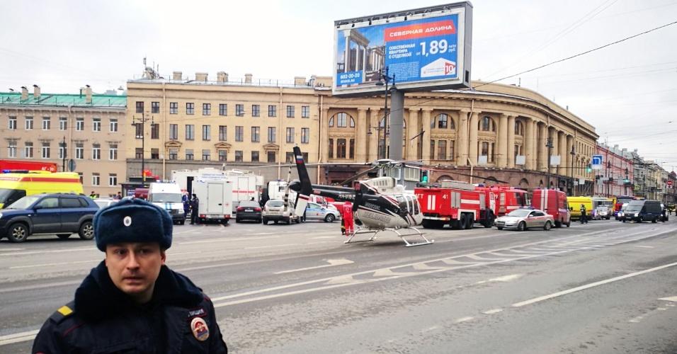 3.abr.2017 - Veículos de emergência e um helicóptero chegam à entrada da estação de metrô do Instituto Tecnológico, em São Petersburgo, na Rússia. Uma explosão à bomba deixou mortos e feridos na segunda-feira (3)