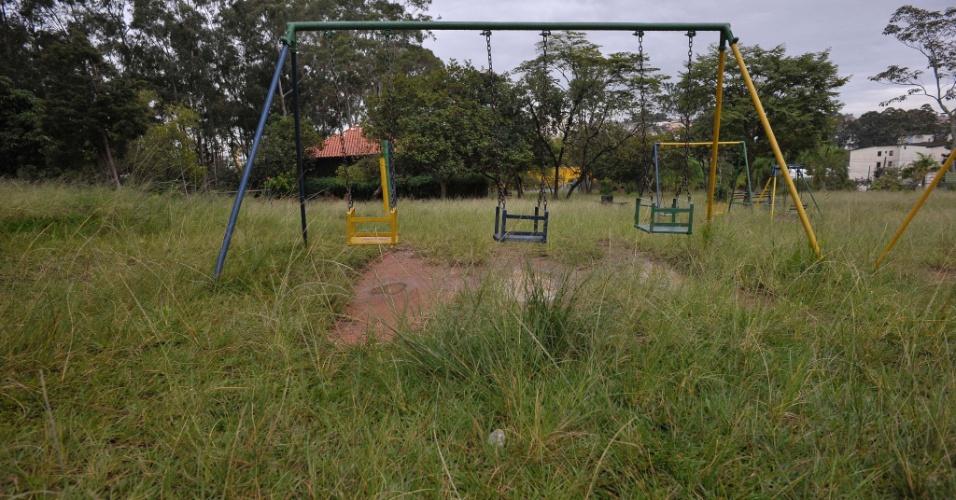 26.abr.2017 - Mato alto na área interna dos brinquedos no parque Raul Seixas, na zona leste de São Paulo