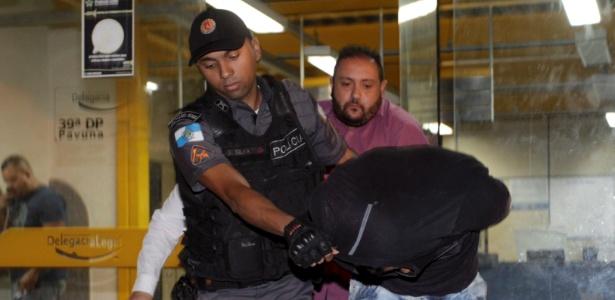 PM Vinícius dos Santos de Araújo chega à 39ª DP (Pavuna) após receber voz de prisão