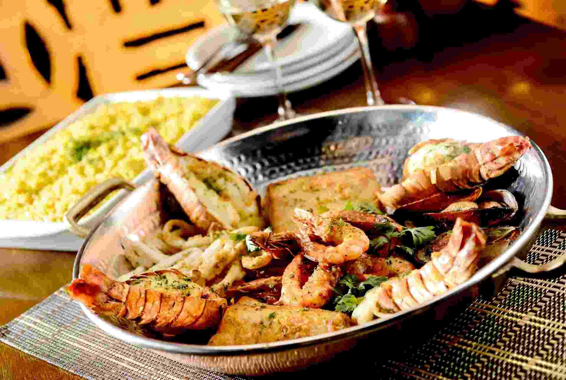 Rede de Pescador do restaurante Coco Bambu tem lagosta, camarão, mexilhões, peixe e lula grelhados com molho provençal, acompanha arroz de açafrão - Divulgação