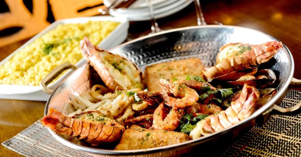 Rede de Pescador do restaurante Coco Bambu tem lagosta, camarão, mexilhões, peixe e lula grelhados com molho provençal, acompanha arroz de açafrão