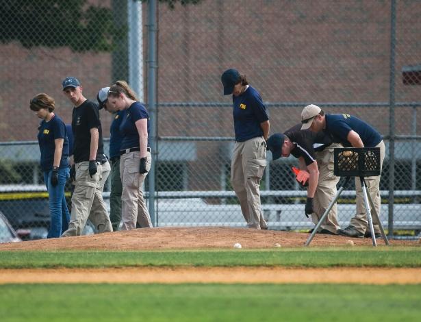 Equipe do FBI investiga campo de basebol onde James Thomas Hodgkinson efetuou disparos contra membros republicanos do Congresso