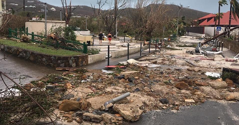 7.set.2017 - Passagem do furacão Irma deixa estragos em rua da cidade de Gustávia, capital da Coletividade de São Bartolomeu (território pertencente à França), no Caribe