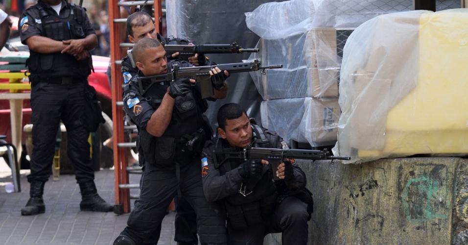 22.set.2017 - Intenso tiroteio num dos acessos à favela da Rocinha, na Zona Sul do Rio de Janeiro (RJ), fecha a autoestrada Lagoa-Barra nos dois sentidos, na manhã desta sexta-feira (22)