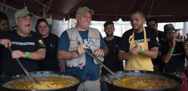 O chef José Andrés (ao centro) e outros chefs locais cozinham grandes quantidades de paella para oferecer às pessoas afetadas pelo furacão Maria, em San Juan, Porto Rico