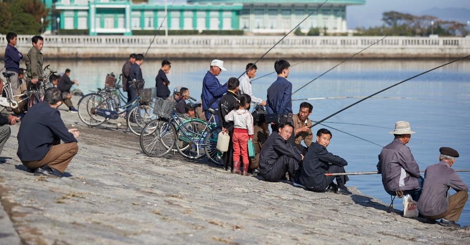 1.out.2016 - Pessoas pescam na baía de Wonsan, na Coreia do Norte