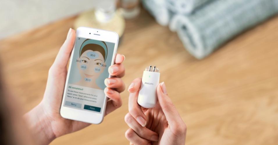 12.jan.2018 - O Philips Skincare Assessment é um kit de cuidados de pele inteligente. Respostas dadas pelos usuários e medições de pele diárias por cinco dias, usando o aparelho, são capturados por app para fornecer um relatório de pele personalizado, sugerindo níveis de hidratação e a tomar outras decisões nos cuidados com a pele.