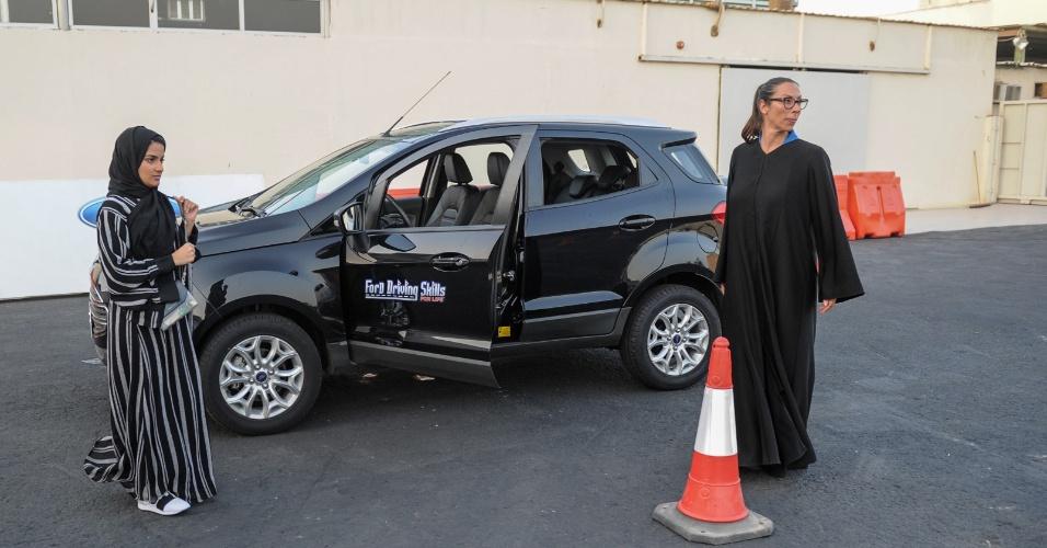 7.mar.2018 - Mulher saudita aguarda sua instrutora para lição em Jeddah