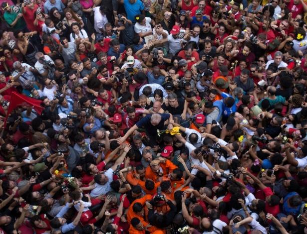 Ex-presidente Lula é saudado por militantes no ABC, antes de ser preso