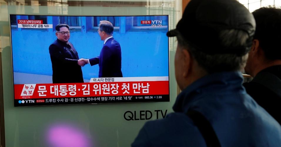 26.abril.2018 - Sul-coreanos assistam pela televisão ao primeiro encontro de líder norte-coreano com seu correspondente