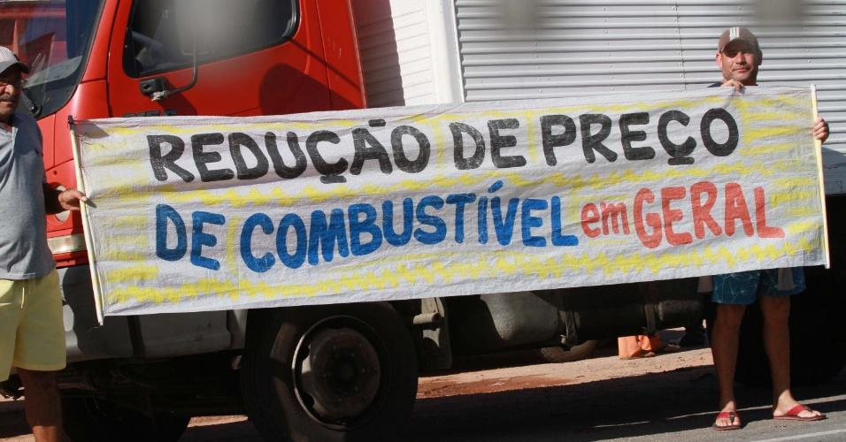 Caminhoneiros autônomos realizam, na manhã desta terça-feira (22), o segundo dia de protesto no Km 0 da BR 493, no sentido Manilha, em Itaboraí (RJ)