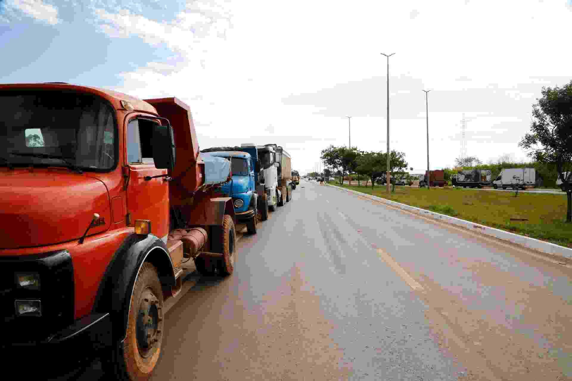 Caminhoneiros bloqueiam a DF-001, ligação do Distrito Federal com o estado de Goiás, nesta quinta-feira (24). Só carros de passeio estão sendo liberados - Walterson Rosa/Framephoto/Estadão Conteúdo