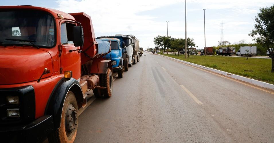 Caminhoneiros bloqueiam a DF-001, ligação do Distrito Federal com o estado de Goiás, nesta quinta-feira (24). Só carros de passeio estão sendo liberados