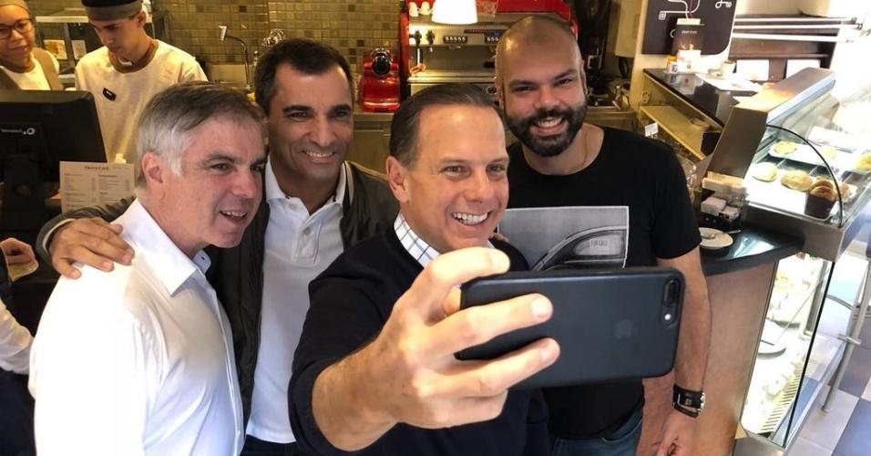 Flávio Rocha e Joao Doria pararam para tomar café em uma lanchonete antes do evento