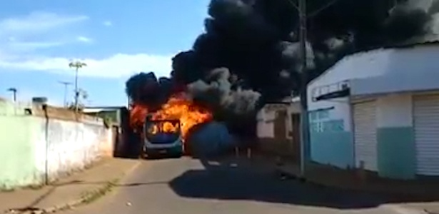 3.jun.2018 - Ônibus é incendiado em Uberlândia (MG) - Reprodução/YouTube