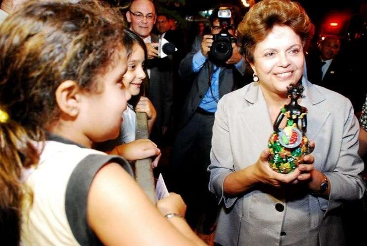 22.jun.2011 - A presidente Dilma Rousseff foi recebida por cerca de 300 pessoas ao chegar na noite desta quarta-feira (22) ao Alto do Moura, em Caruaru (PE)