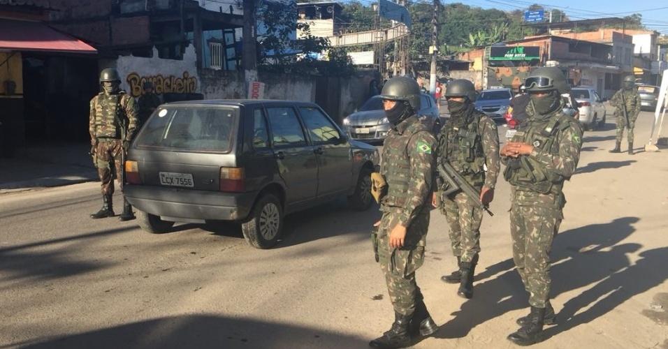 29.ago.2018 - Forças Armadas fazem ação em São Gonçalo, na região metropolitana